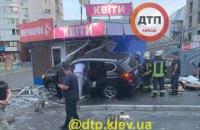 У Києві автомобіль BMW Х5 протаранив два кіоски