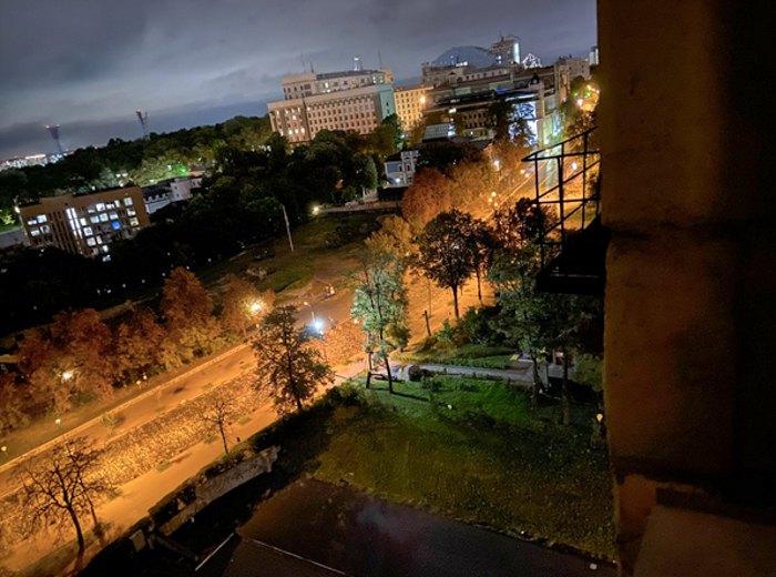 Вид на Інститутську з вікна коридору правого крила готелю України 11-й поверх. Звідки за офіційними свідченнями Тимура Бедернічека він знімав ввечері 20-го лютого 2014 року за допомогою прожектору, в момент коли прожектор обстріляли.