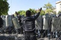 На акции протеста в Ереване вышли студенты и люди в военной форме