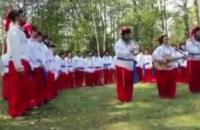 Хасиды, застрявшие на границе с Беларусью, надели шаровары и спели украинский гимн