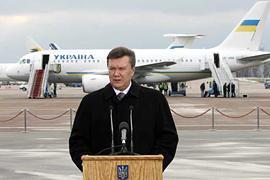 Янукович посовещался по НК - опять в аэропорту