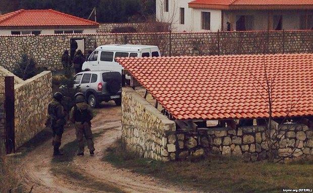 Обыск в доме Ахтема Чийгоза в Бахчисарае