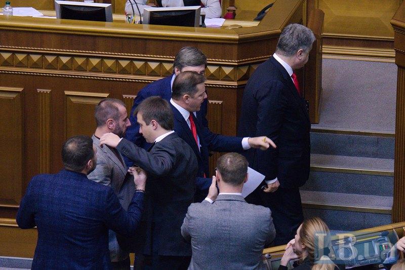 Олег Ляшко что-то кричит президенту после его выступления