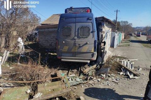У Маріуполі мікроавтобус патрульних врізався в автомобіль і протаранив стіну гаража