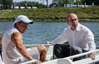 Кернеса прокатили на лодке