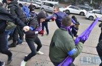 Участников феминистического марша в Киеве облили кефиром и зеленкой, нападавшие задержаны