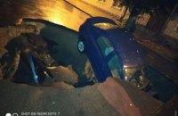 В Одесской области автомобиль провалился в образовавшуюся после ливня яму на дороге