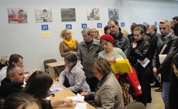 Встреча с работодателями во время ярмарки вакансий для переселенцев из зоны АТО в Днепропетровском центре занятости