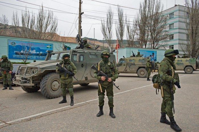 Неопознанные вооруженные люди в военной форме блокируют украинскую военную базу в Балаклаве, Крым, Украина, 1 марта 2014 года.