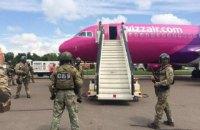 """В аеропорту """"Київ"""" навантажувач врізався в літак"""