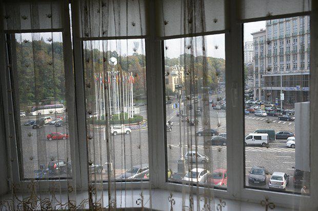 Окна закрываются, занавески опускаются - и о близости шумной развязки уже ничего не напоминает. Бастующие под Украинским Домом - куда более серьезная проблема