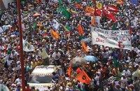В Венесуэле сторонники и противники властей закидали друг друга камнями и бутылками