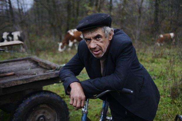 Выборы ничего не поменяют, нужно коров пасти, - говорит мужчина (напарник 90-летнего мудреца)