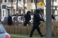 Чоловік, який захопив заручників під Парижем, здався поліції