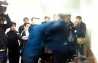 Добкина в суде ударил волонтер