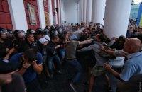 В Одессе после пожара в детском лагере родители пришли штурмовать мэрию