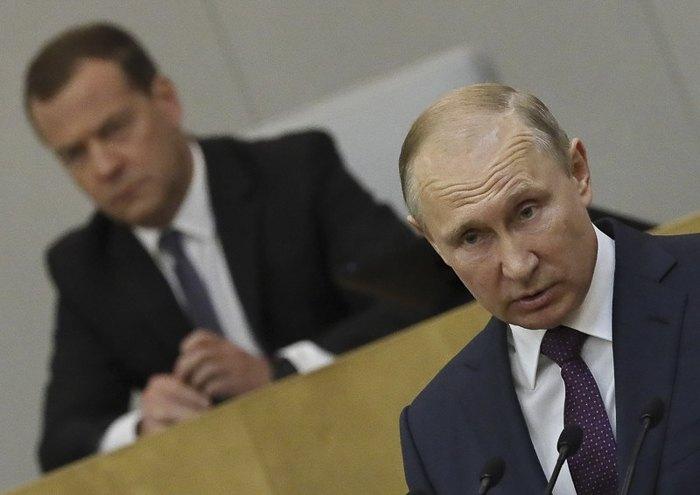 Президент РФ Путин и премьер-министр Медведев во время заседания Государственной Думы