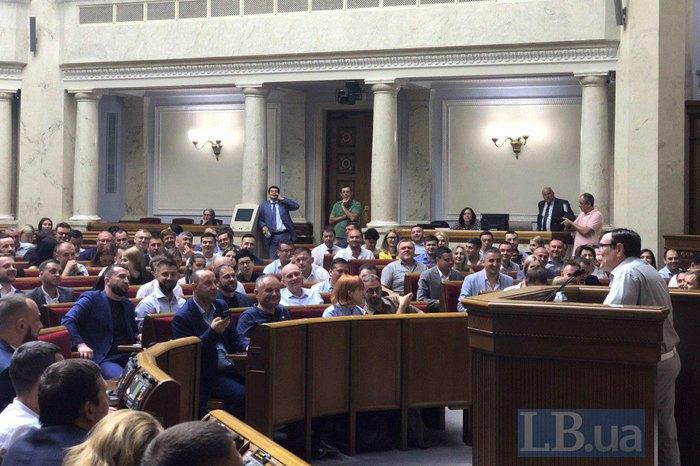 Дмитрий Разумков - глава партии и вероятный спикер - наблюдает возле колоны за обучением «Слуг Народа»