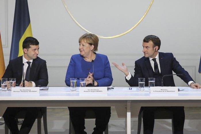 Президент України Володимир Зеленський, канцлер Німеччини Ангела Меркель і президент Франції Еммануель Макрон під час переговорів у Парижі