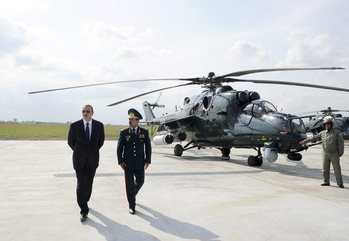 Президент Азербайджану Ільхам Алієв оглядає вертольоти Мі-35М під час церемонії відкриття нової військової частини в Євлах
