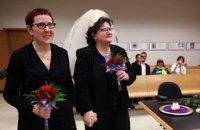 Парламент Угорщини унеможливив усиновлення дітей одностатевими парами