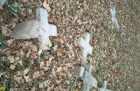 Неизвестные повалили кресты на польском кладбище в Коломые