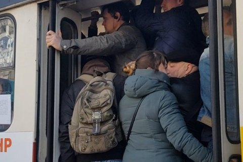 Из-за закрытия метро в Харькове переполнен наземный транспорт