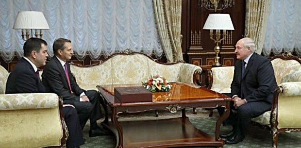 Президент Беларуси Александр Лукашенко и директор Службы внешней разведки России Сергей Нарышкин (второй слева) во время встречи в Минске, 17 ноября 2017.