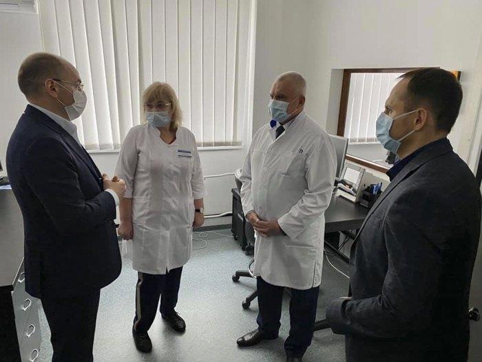 Глава Черкаської ОДА Роман Боднар (справа) та міністр охорони здоров'я Максим Степанов (зліва) під час візиту міністра на Черкащину, 1 травня 2020