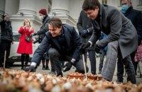 Работники МИД Украины и Посольства Нидерландов высадили более 100 тысяч тюльпанов в честь Героев Небесной Сотни