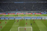 Перед матчем Бундеслиги на футбольном поле была выстроена Берлинская стена