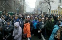 Колонна из 40 тыс. человек подошла к улице Банковой