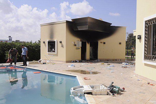 12 сентября 2012. Люди осматривают повреждения, нанесенные американскому консульству в Бенгази в результате нападения исламистов