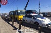 Маршрутка с неисправными тормозами въехала в полицейское авто в Киеве