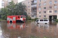 У Рівному через сильну зливу затопило вулиці
