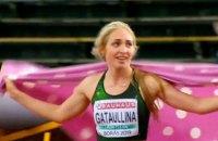 Переможниця на чемпіонаті Європи U20 пробігла коло пошани з пледом на плечах замість прапора Росії