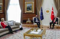 """Асоціації із захисту прав жінок збирають підписи за відставку президента Євроради через """"Софагейт"""""""