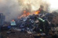 У Харкові сталася масштабна пожежа на складі старих шин, згоріли п'ять автомобілів