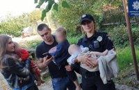 У Дніпрі патрульні виявили чотирьох дітей віком від 5 місяців до 5 років, які дві доби були зачинені вдома самі
