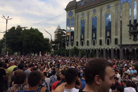 В Тбилиси началась акция с требованием отставки главы МВД