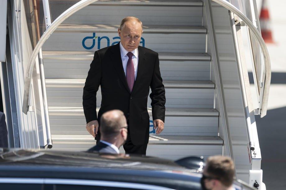 Путін сходить з літака в Женеві