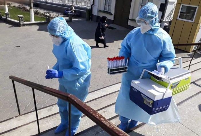 Медпрацівники проводять тестування на наявність коронавірусної інфекції на території Почаївської Лаврі