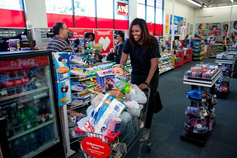 Мишель Обама во время шопинга с телеведущей Эллен Дедженерес. 12 сентября 2016 года