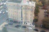 На фасаде дома в Москве вывесили огромный украинский флаг