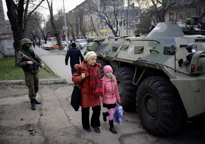 Військовослужбовець без опізнавальних знаків на вулиці Сімферополя, 19 березня 2014.
