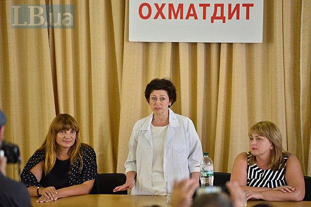 Надежда Кисель (в центре) говорит напутствующее слово новому главврачу Ирине Садовьяк (справа), Оксана Корчинская (слева)