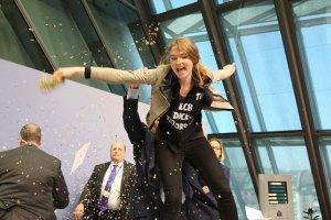 На голову ЄЦБ під час прес-конференції напала невідома активістка