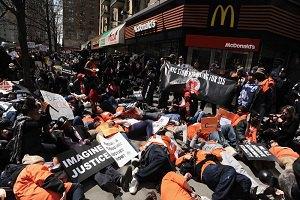 В 230 американских городах бастуют работники фаст-фудов