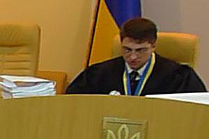 Судья просит Тимошенко говорить стоя