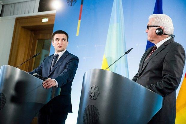 Министр иностранных дел Германии Франк-Вальтер Штайнмайер (справа) и министр иностранных дел Украины Павел Климкин на пресс-конференции в министерстве иностранных дел в Берлине 10 октября 2014 года